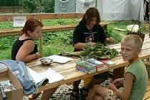 Děti hledají rostliny a jejich názvy si pak ověrují ve slovníku.