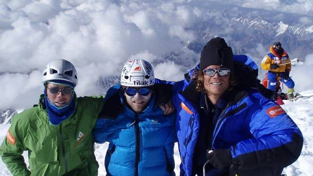 Libor Uher (uprostřed) se na vrcholu K2 vyfotil s Američany.