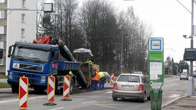 V Ostravské ulici včera začali stavět ostrůvky na přechodech pro chodce.