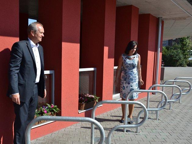 Starostka Třince Věra Palkovská a generální ředitel Třineckých železáren Jan Czudek na nově opraveném autobusovém stanovišti.