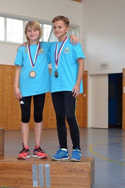 V družstvech byly Romana Grunová (vlevo) a Anna Studénková bronzové.