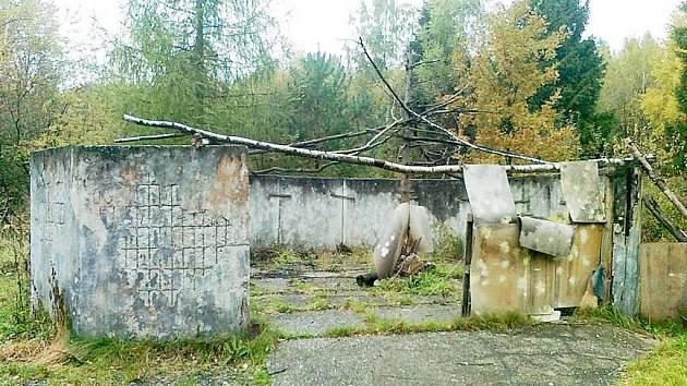 Zdemolovaný objekt bývalých kasáren žádnou parádu Frýdeckému lesu nenadělá. Co bude stát na tomto místě, ukáže čas.