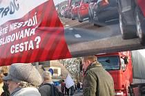 Ilustrační snímek z protestní akce za co nejrychlejší modernizaci hlavního tahu I/11. Poklidný happening měl desítky účastníků.