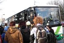 U SLEZANU 03 V MÍSTKU prozatím nasedají cestující, kteří jezdí směrem na Bašku.