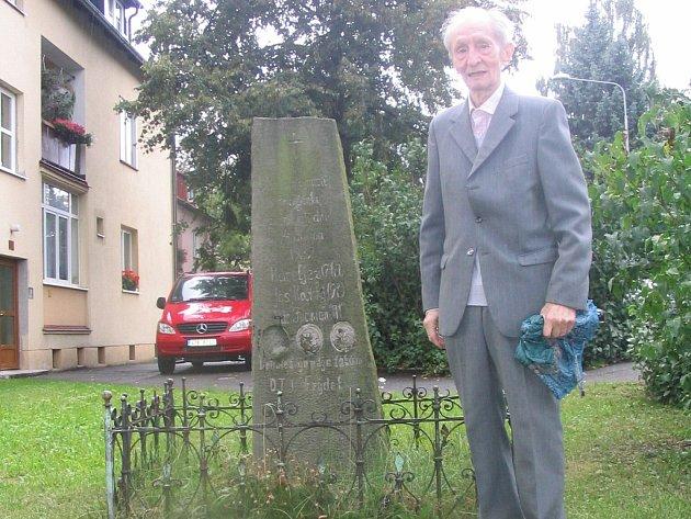 Alois Moškoř u pomníčku, který připomíná dávnou tragédii.