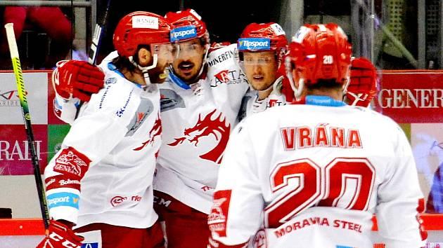 Matěj Stránský (druhý zleva) dal Varům dva góly.