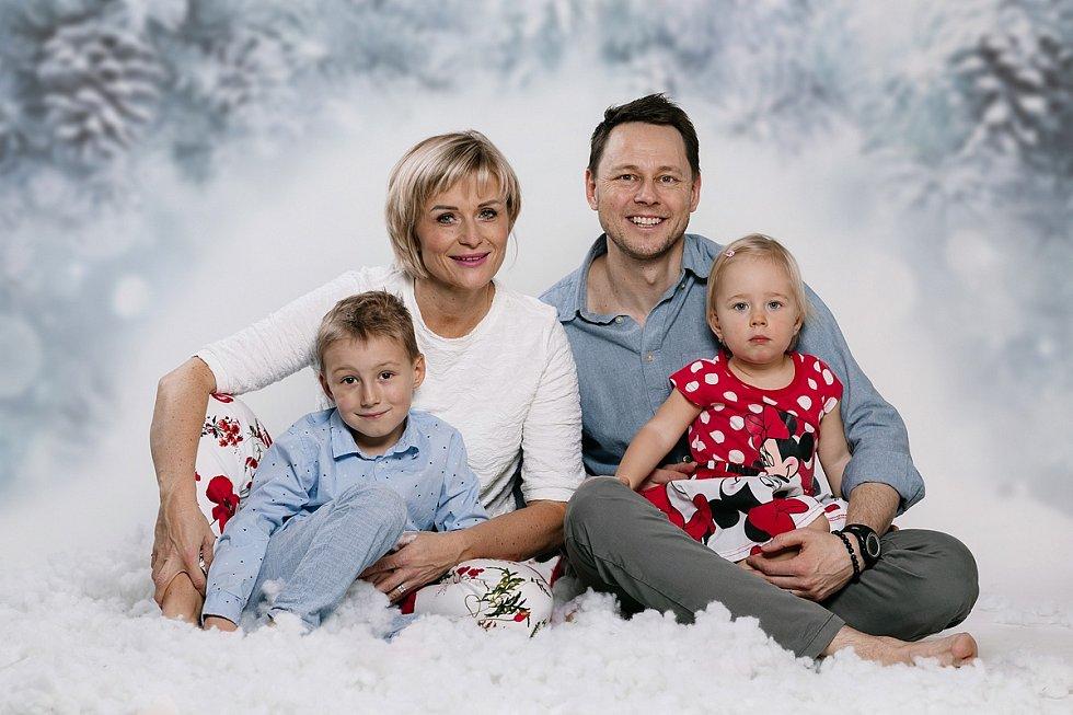 Na snímku Simona Kostelanská se svou rodinou. Snímek byl poskytnut  s jejím souhlasem ke zveřejnění.