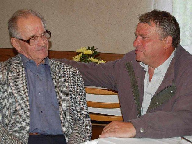 Emil Cymorek (vpravo) se v Návsí setkal se Stanislavem Pyszkem. Oba spojuje čtyřicet let starý úraz.