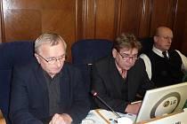 Náměstek hejtmana kraje Karel Konečný (vlevo) přišel frýdecko–místecké zastupitele informovat o problematické situaci ve financování výstavby nemocničního pavilonu.