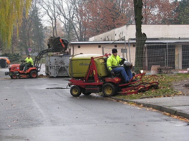Zaměstnanci technických služeb při úklidu listí.