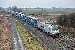 Nákladní vlak AWT pro přepravu návěsů kamionů.