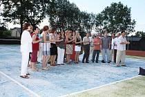 V autokempu v Bašce slavnostně otevřeli nejenom nově zbudované sportoviště (antukové hřiště, dvě hřiště s umělým povrchem a pískové hřiště pro plážový volejbal), ale po provedené rekonstrukci také zpřístupnili stávající moderní sociální budovu.