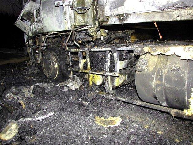 Tři jednotky hasičů z Moravskoslezského kraje a v první fázi také jednotka HZS Zlínského kraje zasahovaly od čtvrtečního večera osm hodin u požáru kamionu Volvo v blízkosti česko-slovenského hraničního přechodu Bumbálka-Makov v Beskydech.