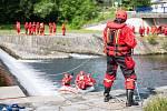 Výcvik hasičů při záchraně tonoucích pod jezem.