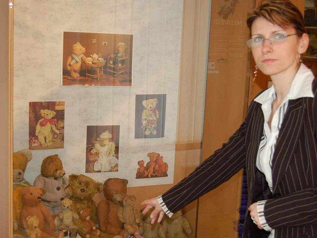 Marie Marie Pyszková ukazuje část expozice, která nabízí více než tři stovky plyšových medvědů.