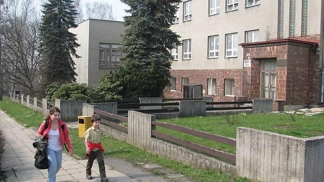 Sedlišťská základní škola prozatím nemá své venkovní hřiště, to by se ale už příští rok mohlo změnit. Obec se na jeho výstavbu snaží získat evropskou dotaci.