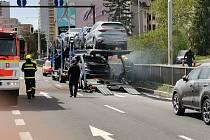 Ve Frýdku-Místku hořel kamion. Pomohli policisté, hasili i odkláněli dopravu. Frýdek-Místek, 4. května 2021.