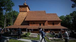 Znovuotevření kostela v Gutech.