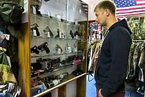 Army shop, který se nachází v centru Frýdku-Místku, nabízí kromě replik zbraní i plynové pistole a revolvery. Právě o ně mají někteří zákazníci zájem.