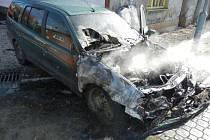 Plameny zničily osobní auto