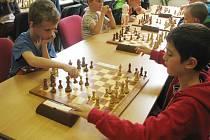 Účastníci šachového turnaje brali soutěžní klání prestižně. Svědčí o tom soustředěné výrazy v jejich obličejích během hry.