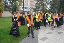 Do společného úklidu sídliště Slezská se ve čtvrtek zapojili žáci frýdecko-místecké 1.ZŠ.