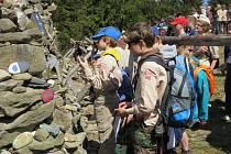 Až několik tisíc lidí dorazilo v sobotu ke kamenné mohyle Ivančena pod vrcholem Lysé hory. V poledne zavzpomínali na skauty, které nacisté zastřelili před 70 lety. Právě na jejich památku mohyla v roce 1946 vznikla.