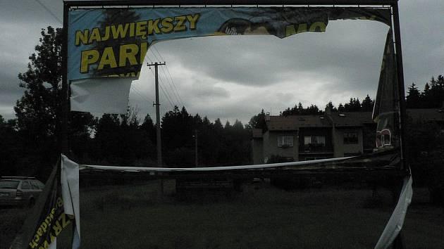 """S nepochopitelným případem vandalismu se setkal Ski areál Mosty u Jablunkova. Někdo zcela zničil reklamní poutač, který měl v Písku oslovovat polské návštěvníky regionu. S obřím bannerem u silnice si přitom někdo """"pohrál"""" hned dvakrát."""