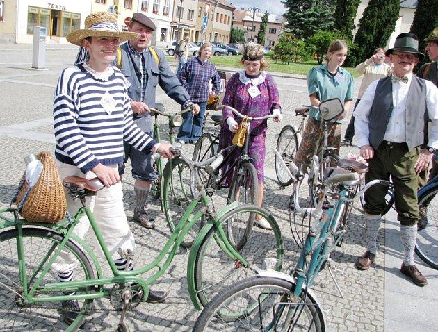 Hrstka nadšenců z Bílovce uspořádala v sobotu první ročník vyjížďky na historických kolech v dobových kostýmech nazvanou Bílovecké šlapátko.