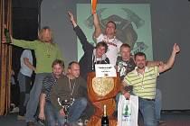 SBOR dobrovolných hasičů Skalice se stal letošním vítězem Beskydské ligy v požárním sportu v kategorii mužů. Na snímku vítězný celek při vyhlášení vítězů v Ostravici.
