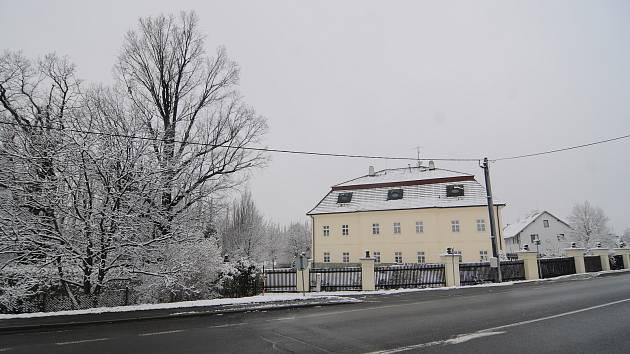 Dominantou obce je zámek vystavený ve 30. letech 19. století ve stylu pozdního empíru.