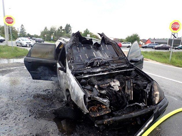 Zásah hasičů upožáru osobního auta.