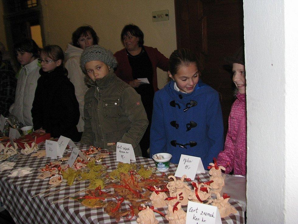 Fotografie Milana Sýkory jsou od pátku k vidění v informačním centru, výstava má vypovídající název Zima u nás ve vsi.  Na nádvoří staroveského zámku se konal i jarmark.