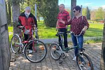 Pan Karol Kupczak (vlevo) odebírá od manželů z Třince kola.