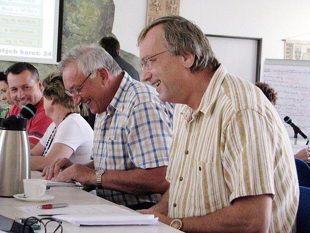 V Třinci se sešli zastupitelé. Na snímku Zdeněk Uhlář (vpravo) a Miroslav Doseděl.