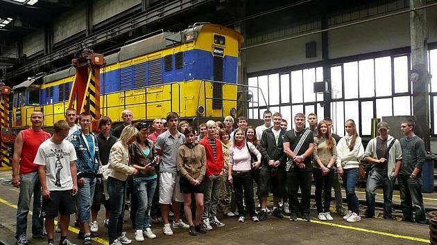 Finalisté soutěže Mladý speditér na exkurzi na překladišti AWT v Paskově