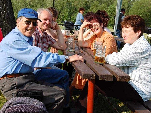 V areálu TJ Sokol Hnojník se výborně bavili Radomír Kmiečík (zleva), Vlastimil Voznica, Věra Voznicová a Marie Ruszová.