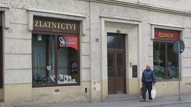 Tohle zlatnictví na Kostíkově náměstí ve Frýdku-Místku vykradl drzý zloděj.