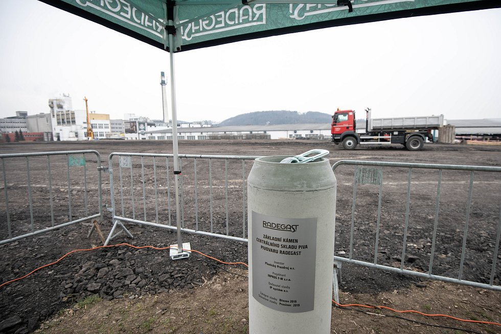 Slavnostním poklepáním na základní kámen v pivovaru Radegast. Zahájení stavby nové plechovkové linky, 22. března 2019 v Nošovicích.