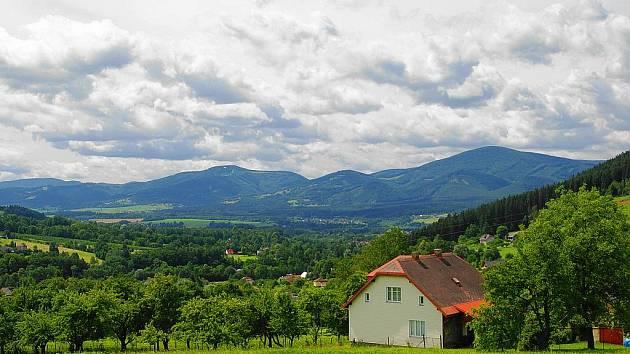 Pohled z Nýdku na Javorový a Kozubovou.