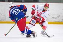 Hokejisté Frýdku-Místku (v bílých dresech) neporazili Třebíč ani na čtvrtý pokus.