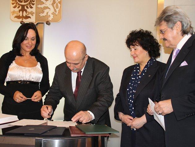Zájem a vůli zintenzívnit vzájemnou spolupráci a posílit přátelské vztahy mezi městy stvrdili svým podpisem Jacek Krywult (na snímku) a Věra Palkovská.