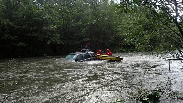 Zásah hasičů v Beskydech, na hranici obcí Raškovice a Vyšní Lhoty.