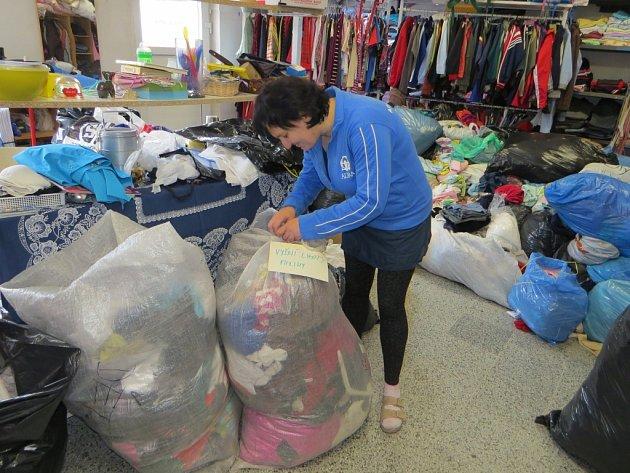 Do tábora ve Vyšních Lhotách každý týden míří několik pytlů s oblečením.