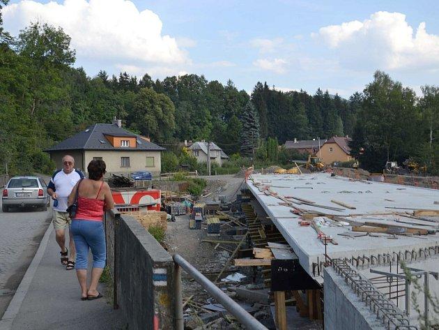 Nový most ve Frýdlantu nad Ostravicí dostává svou podobu.