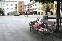 Náměstí v Místku v neděli odpoledne. Na lavičkách odpočívají dva chlapci, chodců je minimum.