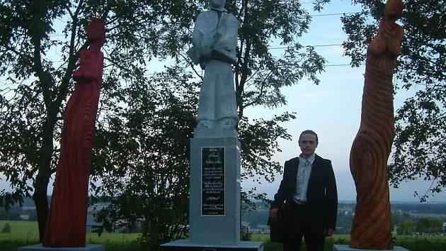 Emil Adamec stojí v Sedlištích před dílem Poutník a jeho múzy.