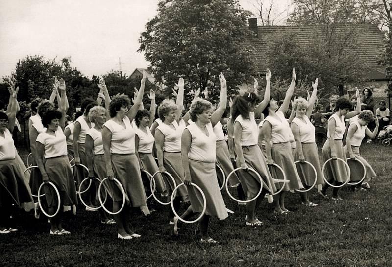Spartakiáda 1985 – cvičení žen na hasičském hřišti.