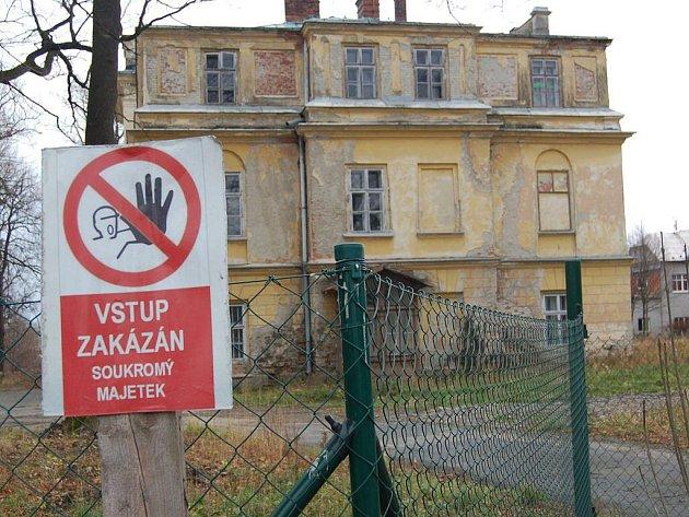 Plot, který ohraničuje zámecký areál v Hnojníku. Architektka Barbara Potysz říká, že po majitelích zámku se v posledních měsících slehla zem.