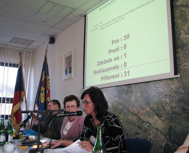 Starostka Věra Palkovská oznamuje schválení rozpočtu Třince pro rok 2009. Návrh vznikl ještě předtím, než začala zpomalovat ekonomika. Optimistické odhady tak v příštích měsících možná čeká revize.